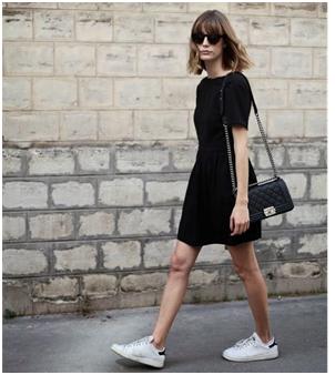 2ebb58a4b6d6 Αν και οι περισσότεροι από εμάς έχουμε συνδέσει το «μικρό μαύρο φόρεμα» με  βραδινές εξόδους, ένα μαύρο casual φόρεμα με sneakers και jean ή δερμάτινο  jacket ...